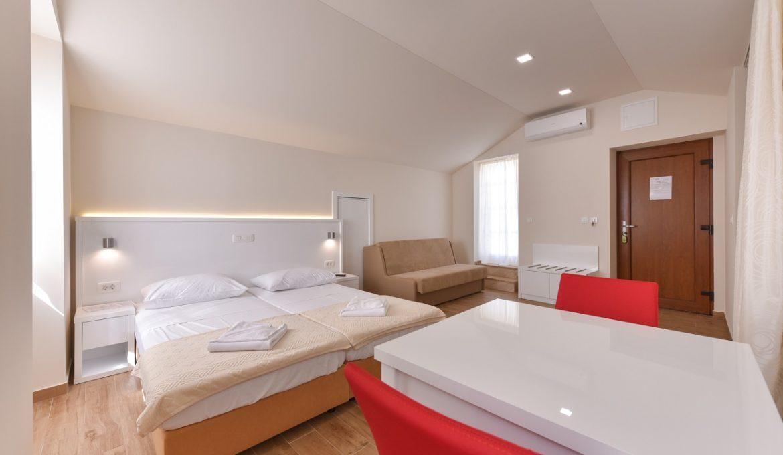 Idassa Atrium – Doppelbettzimmer mit zwei Extrabetten und Balkon
